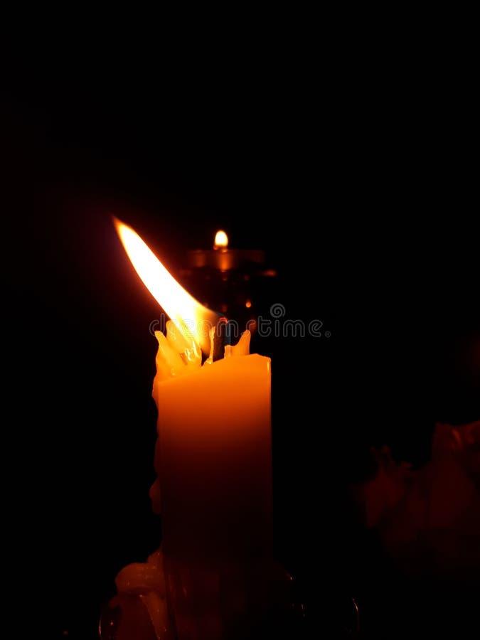 Une belle bougie brûlante photos libres de droits
