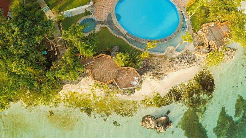 Une belle côte vert clair avec des récifs et un couple affectueux sur le balcon au-dessus de la plage La belle nature du images libres de droits