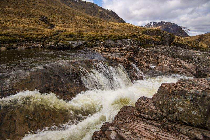 Une belle cascade sur la rivière Etive dans les montagnes de l'Ecosse photographie stock libre de droits