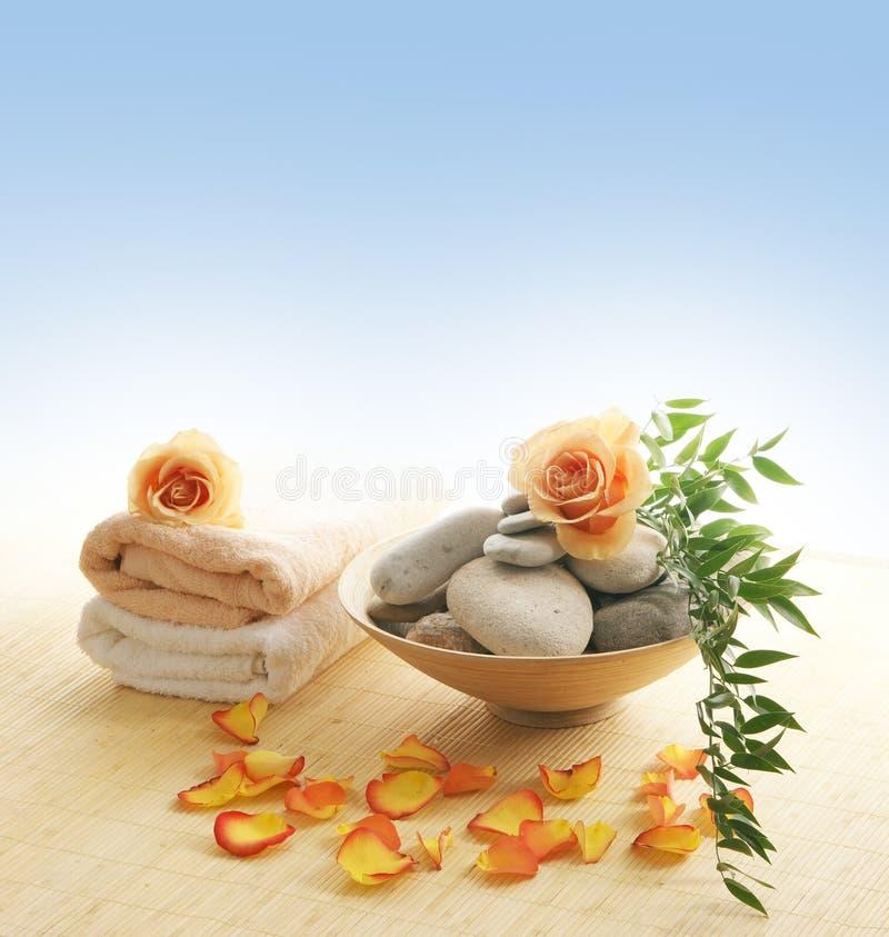 Une belle composition de station thermale des fleurs et des pierres photographie stock libre de droits