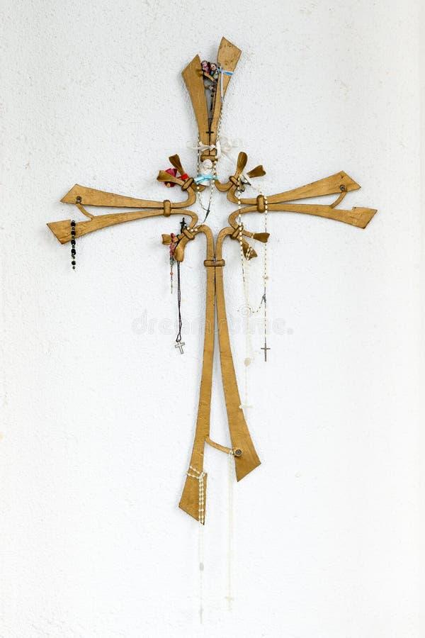 Une belle croix chrétienne sur un mur blanc photographie stock libre de droits
