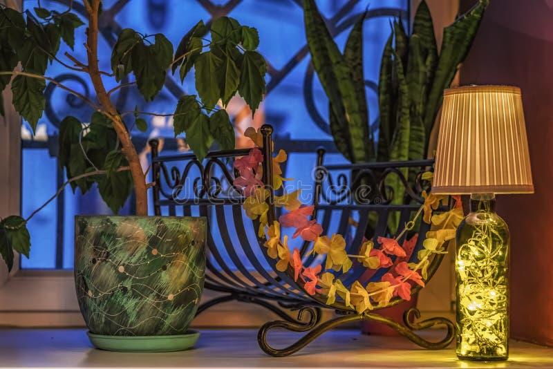 Une belle décoration pour une usine de filon-couche de fenêtre dans un pot vert images stock