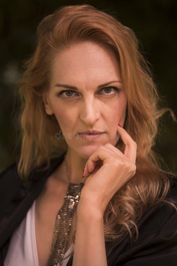 Une belle femme caucasienne mûre, 40s en retard, dehors portrai photo stock