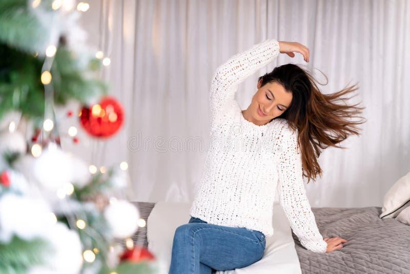 Une belle femme seule à la maison pendant la période de Noël photographie stock