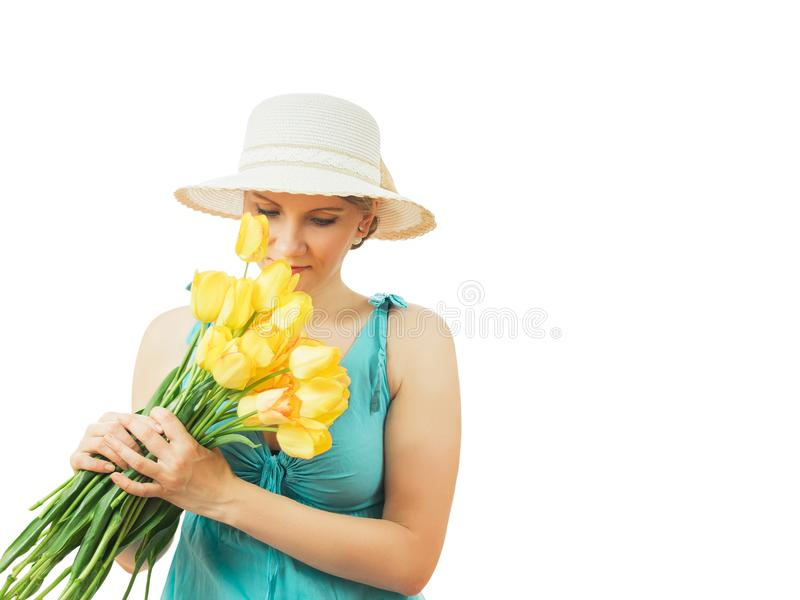 Une belle femme tient dans des ses mains un bouquet de belles tulipes jaunes images libres de droits