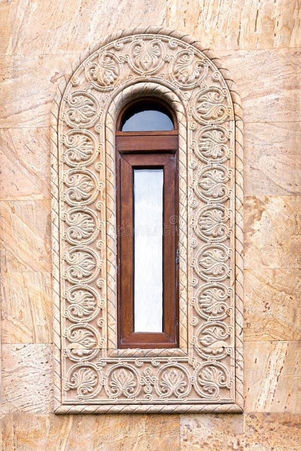 Une belle fenêtre antique avec un cadre ovale étroit et un ornement grec image stock