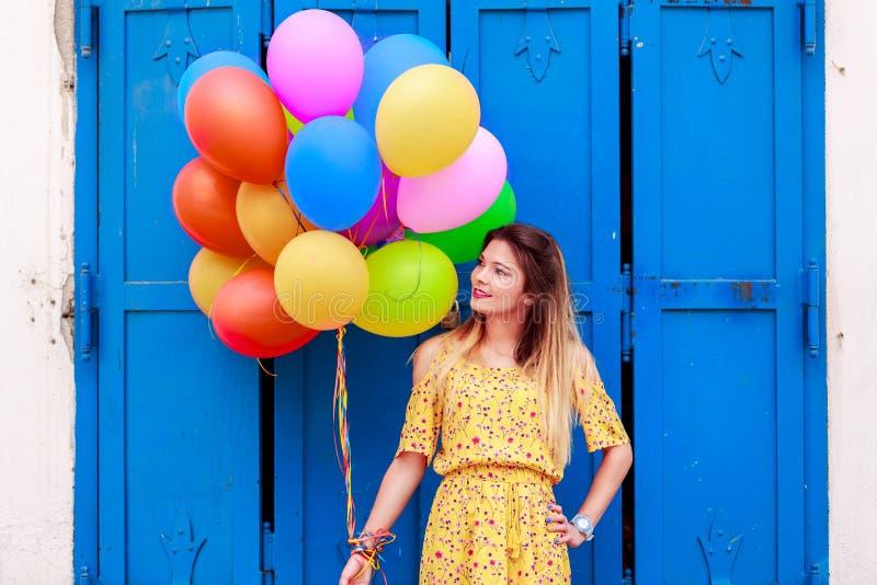 Une belle fille avec des ballons à disposition photos libres de droits