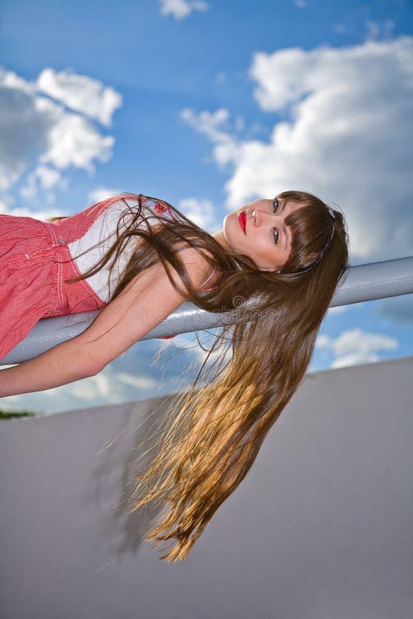Une belle fille avec le long cheveu photo stock