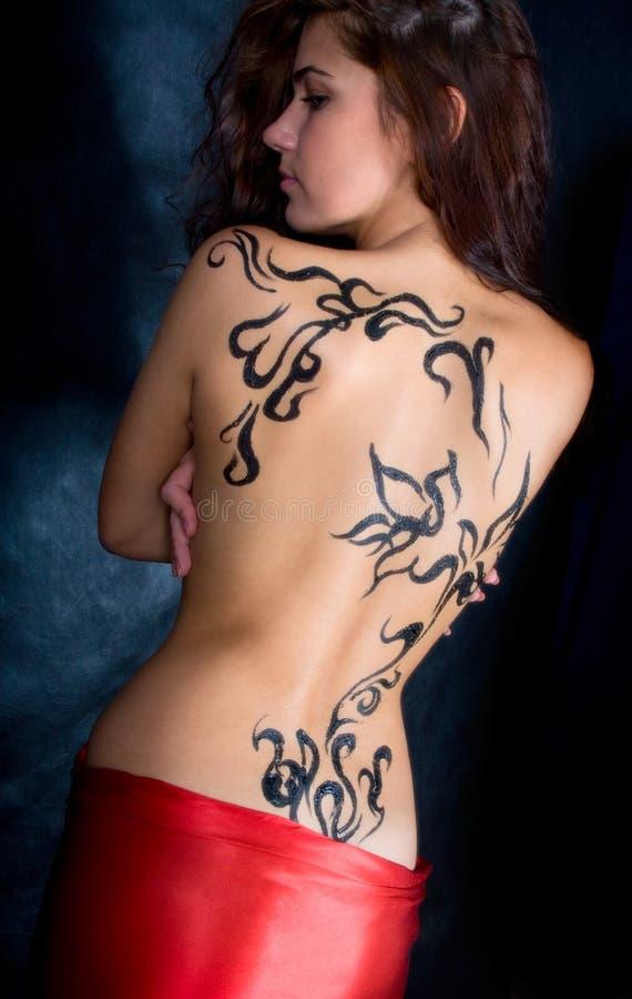 Une belle fille avec une configuration sur son dos image stock