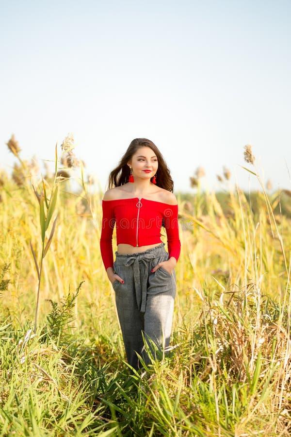 Une belle fille caucasienne féminine d'élève de terminale dans le chandail supérieur de culture rouge image libre de droits