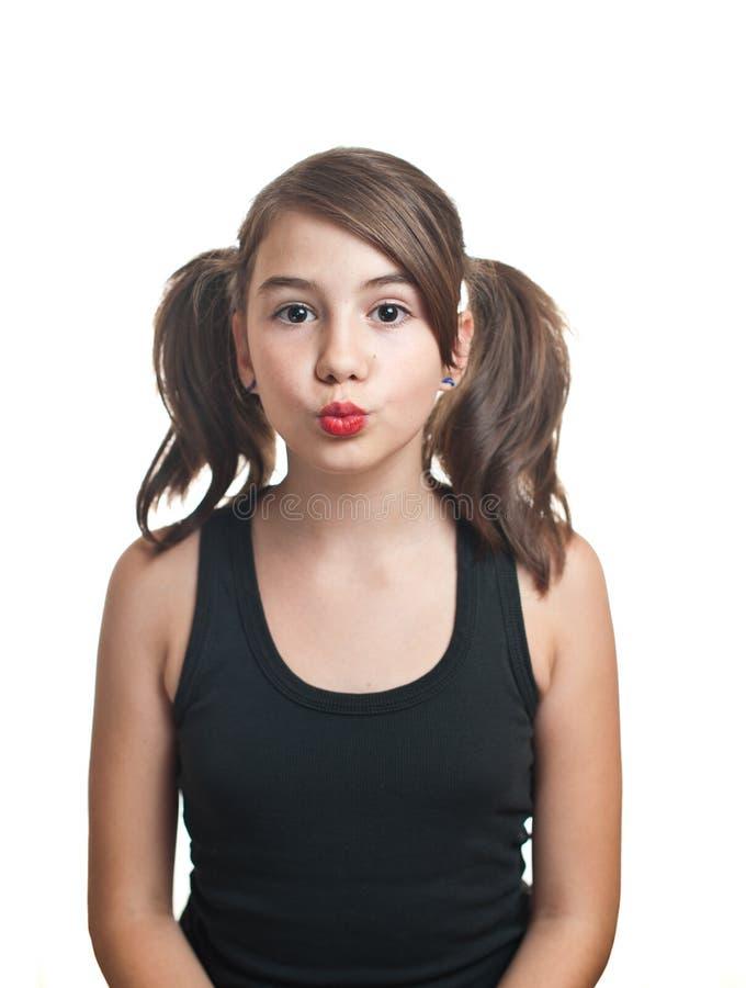 Une belle fille de l'adolescence dans le dessus noir avec des tresses. photo stock