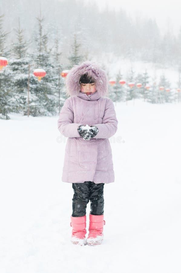 Une belle fille jouant la neige photographie stock
