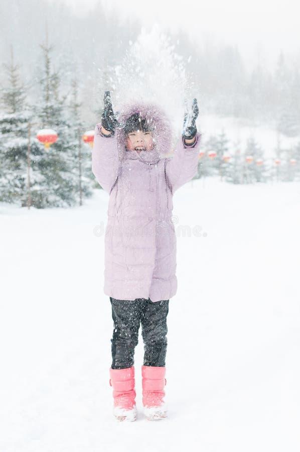 Une belle fille jouant la neige images stock