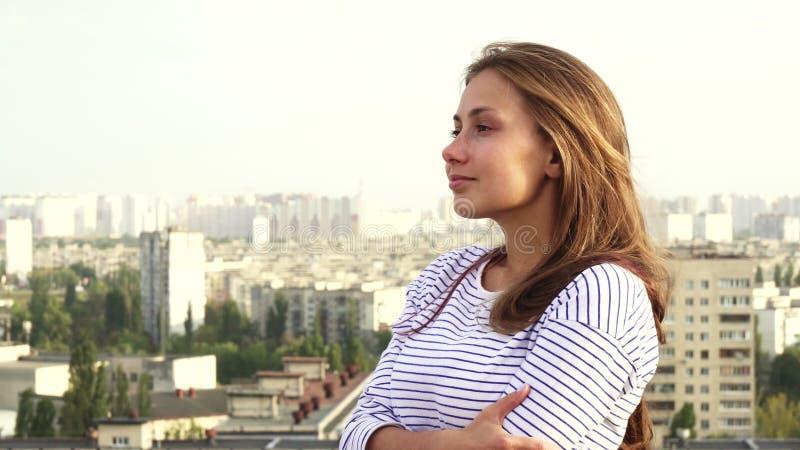 Une belle fille a plaisir à voir du toit à la ville photos libres de droits