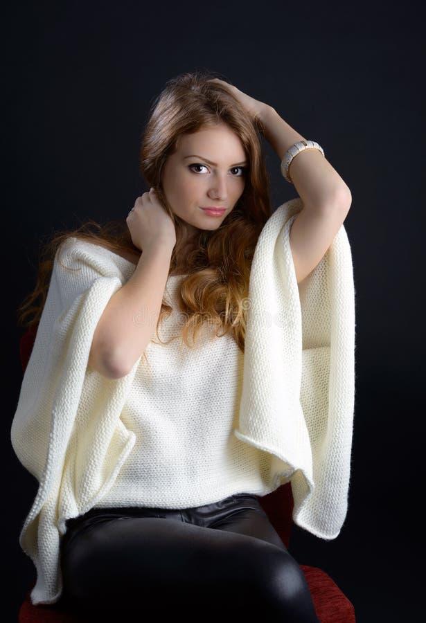 Une belle jeune femme blonde dans le studio image libre de droits