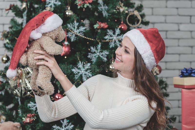 Une belle jeune femme de caucasion a le sourire heureux pour recevoir a images stock