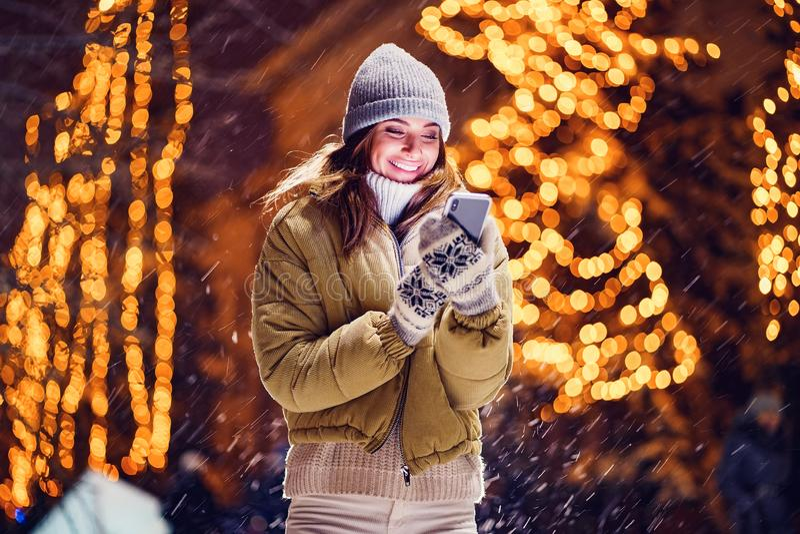 Une belle jeune femme ou fille faisant le selfie ou à l'aide du téléphone dehors images stock