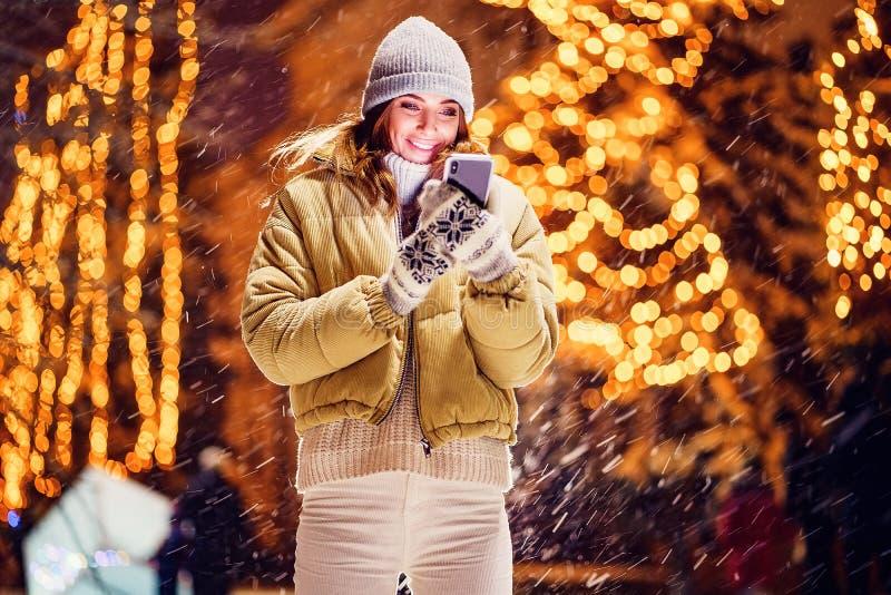 Une belle jeune femme ou fille faisant le selfie ou à l'aide du téléphone dehors photographie stock