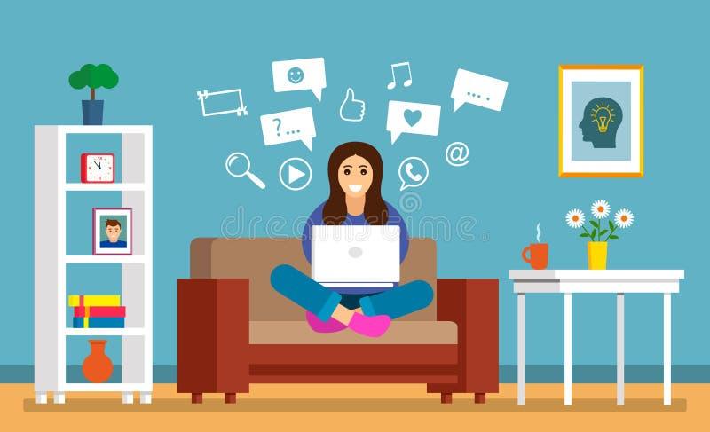 Une belle jeune fille s'assied sur le sofa avec un ordinateur portable dans une chambre pour rechercher l'information sur l'Inter illustration libre de droits