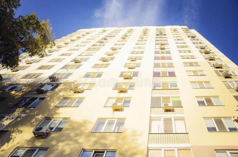 Une belle maison à plusiers étages, éléments d'un nouveau bâtiment résidentiel moderne image stock