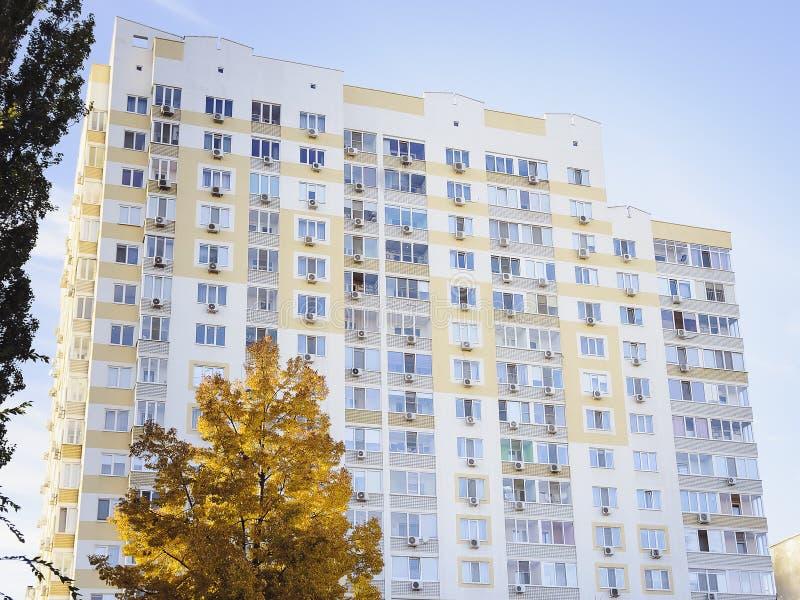 Une belle maison à plusiers étages, éléments d'un nouveau bâtiment résidentiel moderne photos stock