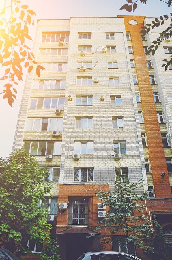 Une belle maison à plusiers étages de la brique rouge et blanche, éléments d'un nouveau bâtiment résidentiel moderne photographie stock
