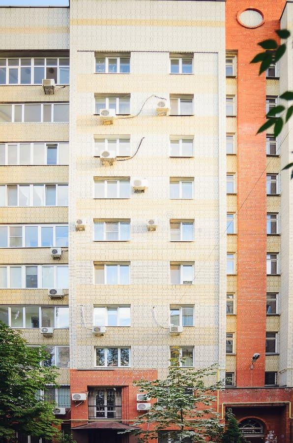Une belle maison à plusiers étages de la brique rouge et blanche, éléments d'un nouveau bâtiment résidentiel moderne image libre de droits