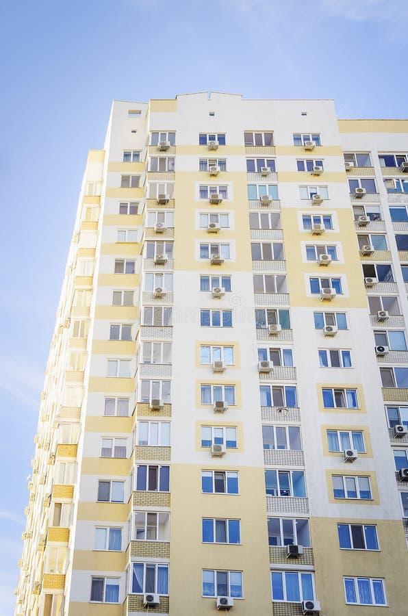 Une belle maison à plusiers étages Vue inférieure photo libre de droits