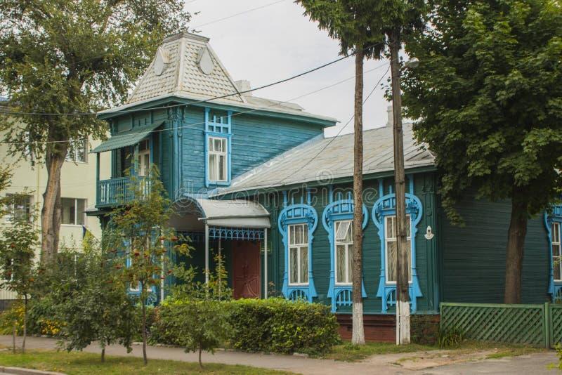 Une belle maison en bois bleue sur la rue de Chernihiv l'ukraine photos stock