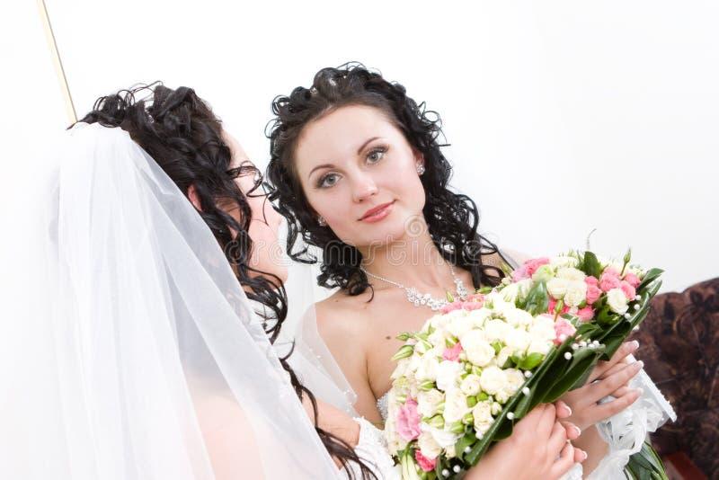 Une belle mariée regardant dans le miroir photo libre de droits