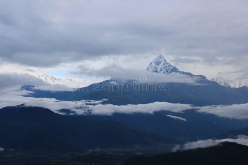 Une belle montagne de neige au Népal image stock