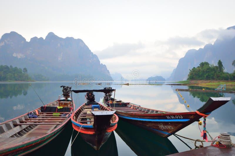 Une belle montagne pendant le matin au barrage de Ratchaprapa, Thaïlande photographie stock libre de droits