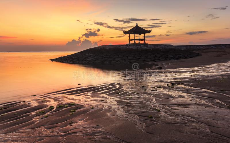 Une belle pagoda de Balinese sur la plage chez Sanur, Bali, Indones photo libre de droits
