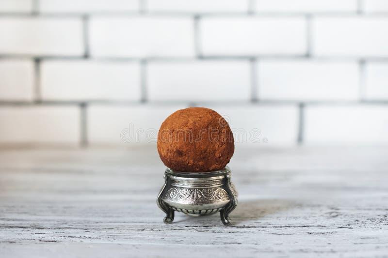Une belle photo d'un gâteau Un rond du gâteau un de pomme de terre sur un fond blanc de mur de briques Endroit pour votre texte photo libre de droits