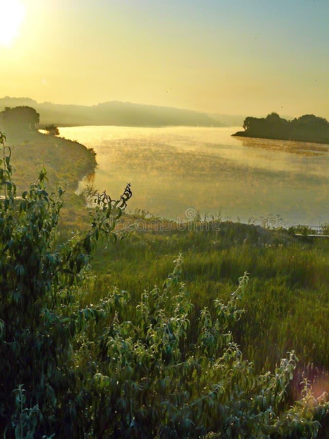 Une belle photo du lever de soleil au-dessus de la rivière avec le picturesq photos stock