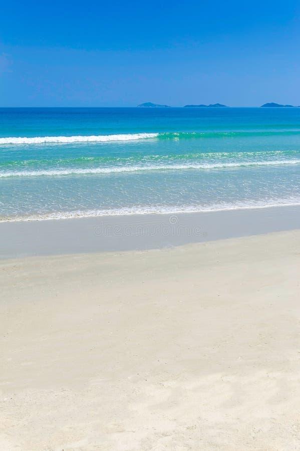 Une belle plage blanche de sable au Vietnam photo stock