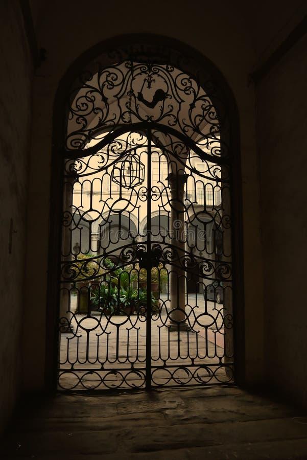 Une belle porte de fer travaillé photo libre de droits