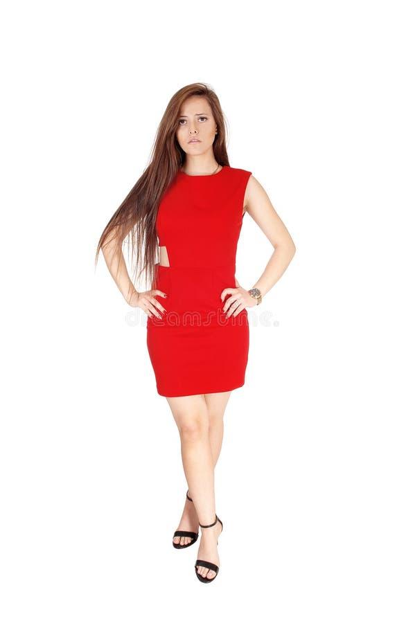 Une belle position de jeune femme de l'avant dans une robe rouge images libres de droits