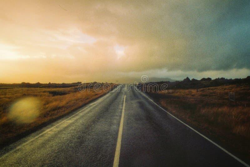 Une belle route ensoleillée dans un désert image libre de droits
