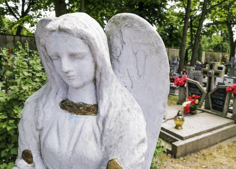 Une belle sculpture d'un ange triste sur le cimetière photo libre de droits