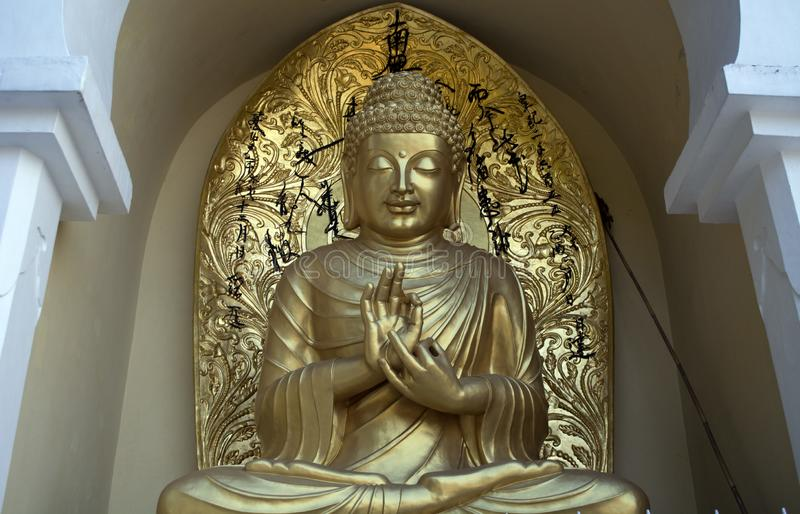 Une belle statue d'or de Lord Buddha photographie stock libre de droits