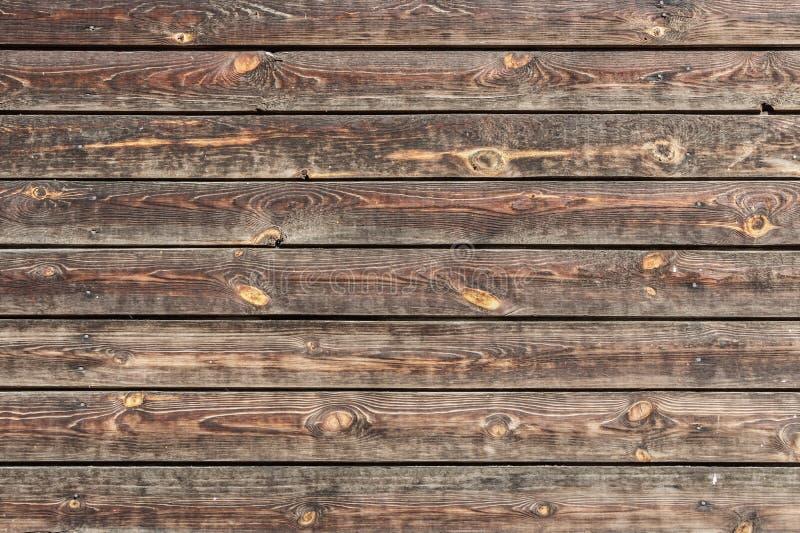 Une belle texture horizontale de vieux conseils jaunes et bruns avec les noeuds et la résine et de clous martelés dans la photo images libres de droits