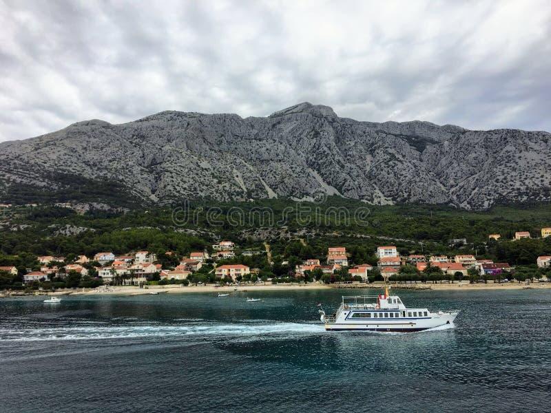 Une belle vue d'un bateau passant par Orebic sur la péninsule de Peljesac, en belle Croatie Les montagnes sont ? l'arri?re-plan image libre de droits