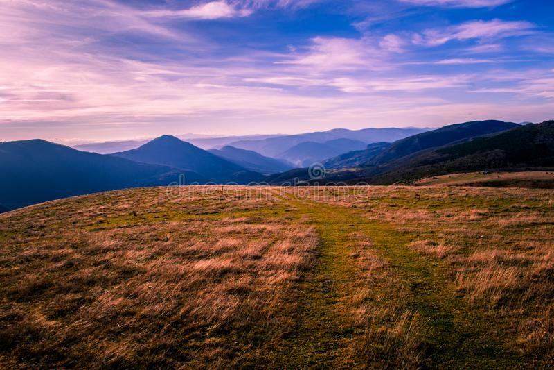Une belle vue de beaut? naturelle Une vue d'une montagne Zlatar Beau ciel et nuages bleus et pourpres ? l'arri?re-plan photographie stock