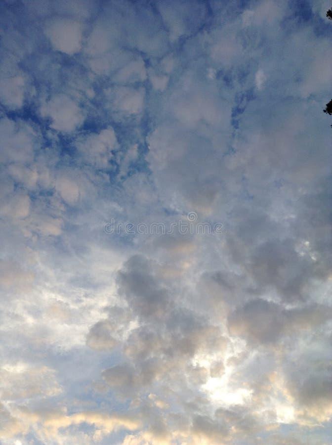 Une belle vue de ciel du coucher du soleil photos stock