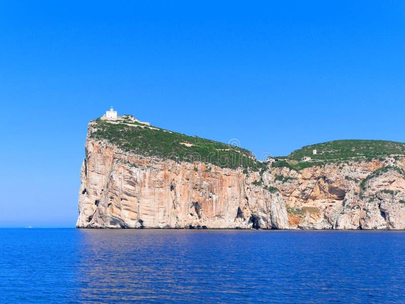 Une belle vue des falaises avec le capo Caccia de phare La Sardaigne, Italie photographie stock