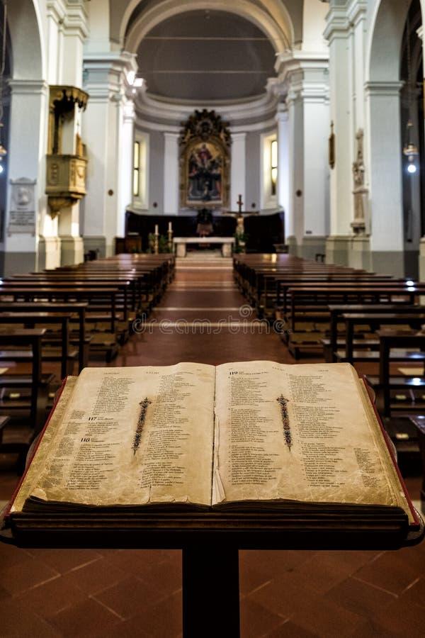 Une bible ouverte sur un lutrin à l'entrée d'une église catholique à Urbino, Italie centrale images libres de droits