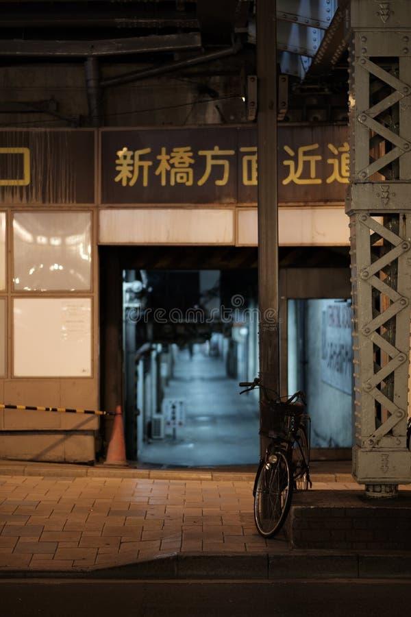 Une bicyclette sous un pont Hibiya, Tokyo, Japon en rail image libre de droits