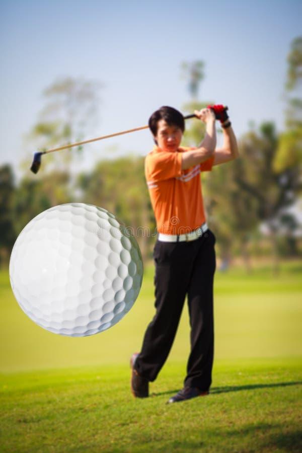 Une bille de golf venant juste hors fonction le té images stock