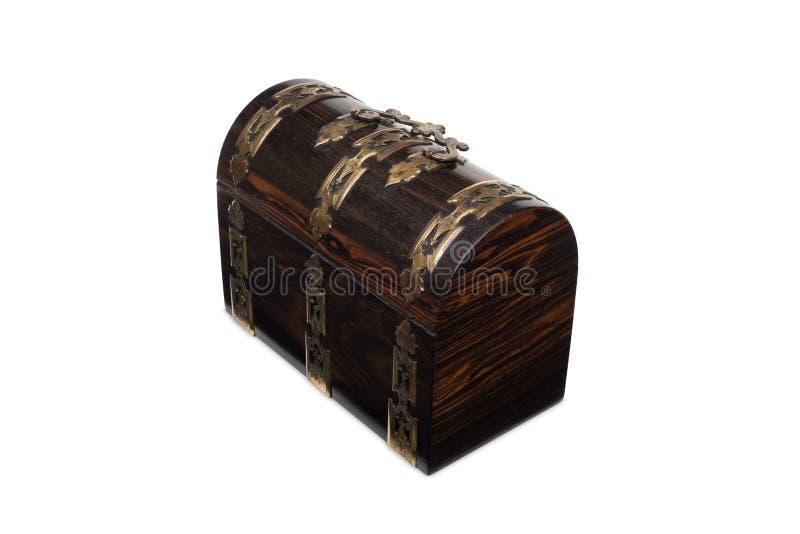 Une boîte à bijoux de type coffre en bois antique fermée image stock